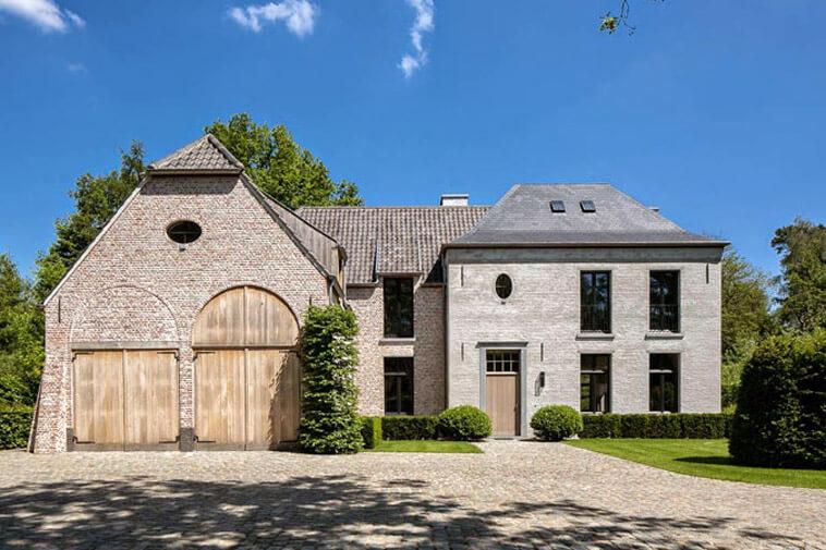 landelijke villa met houten deuren en zwarte ramen