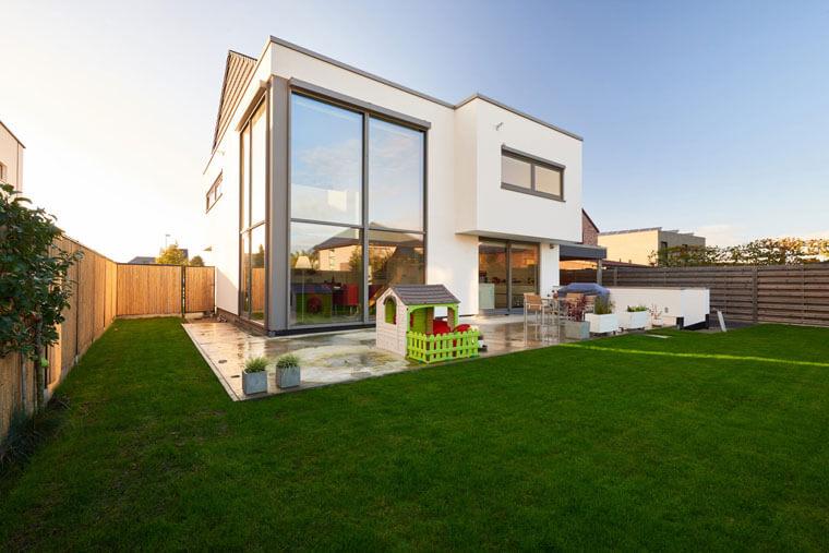 moderne woning in houtskelet met vide ramen